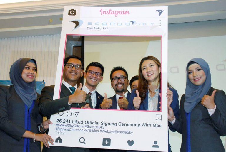 Perak Menteri Besar Datuk Seri Ahmad Faizal Azumu and Scanda Sky Executive Chairman Tengku Faizwa Tengku Razif posing together after the signing ceremony.