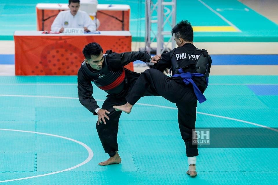 Mohd Faizul Nasir (left) going against Filipino opponent, Dines Dumaan, in the Subic Bay Exhibition and Convention Centre yesterday.