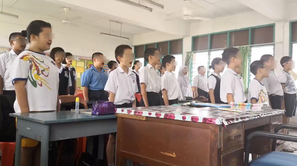 Year Five students singing 'Negaraku' in Chinese.