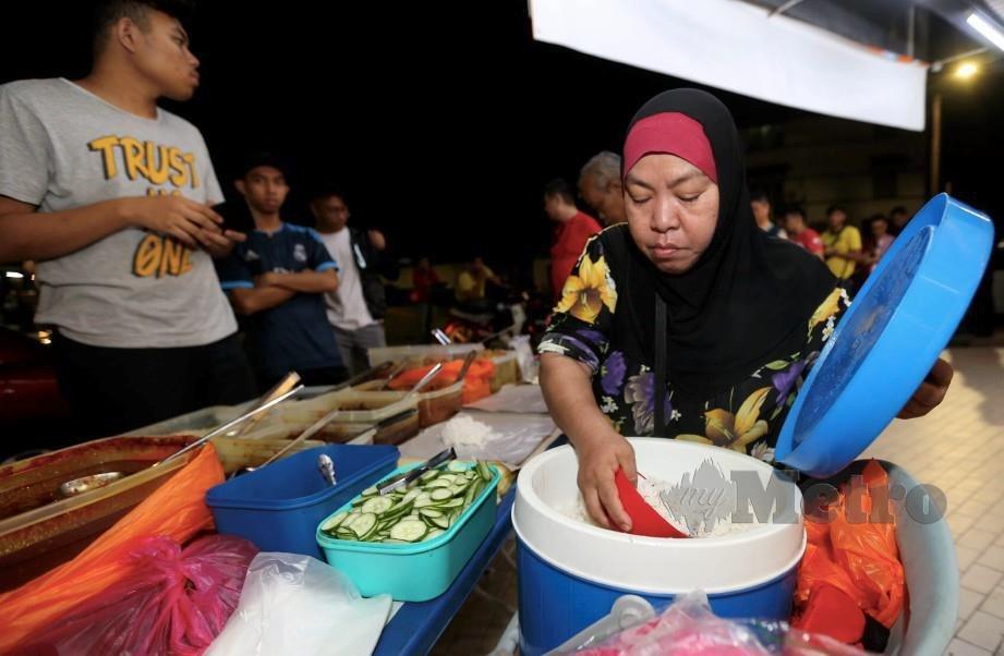Rahmah, penjual nasi lemak.