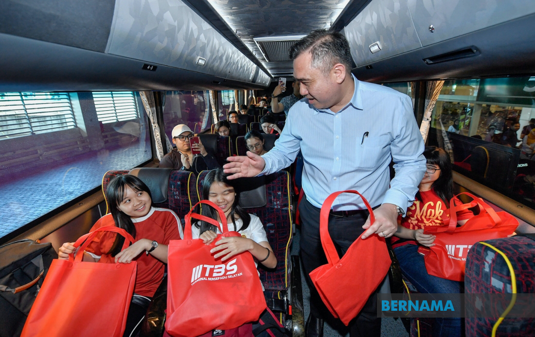 Loke handing out goodie bags to passengers returning home for Chinese New Year at TBS yesterday, 22 January.