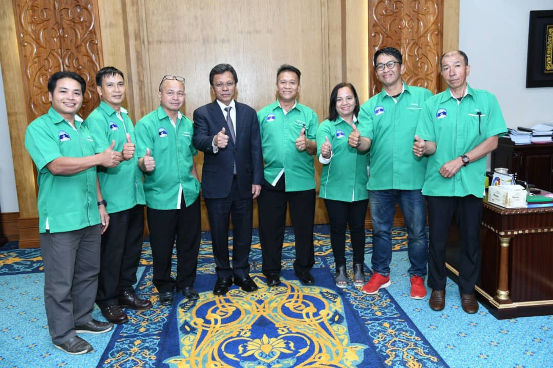 (Fourth and firth from the left) Chief Minister Datuk Seri Mohd Shafie Apdal and Edward Taning.