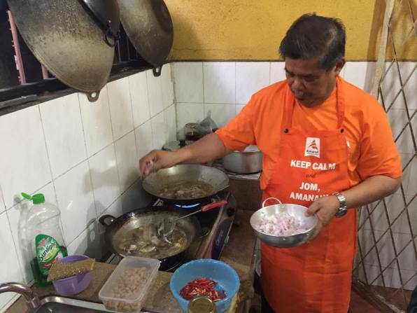 A photo of Defence Minister Mohamad Sabu cooking.