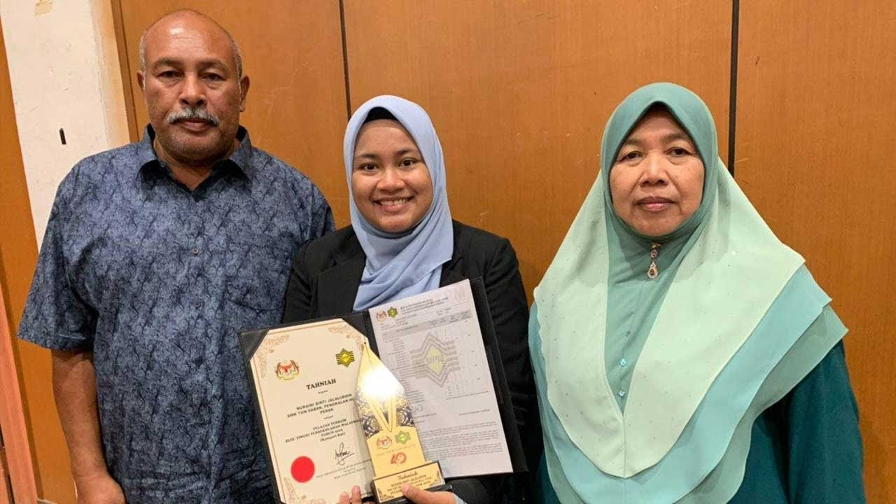 Nuraini Jalaluddin (middle) with her parents.