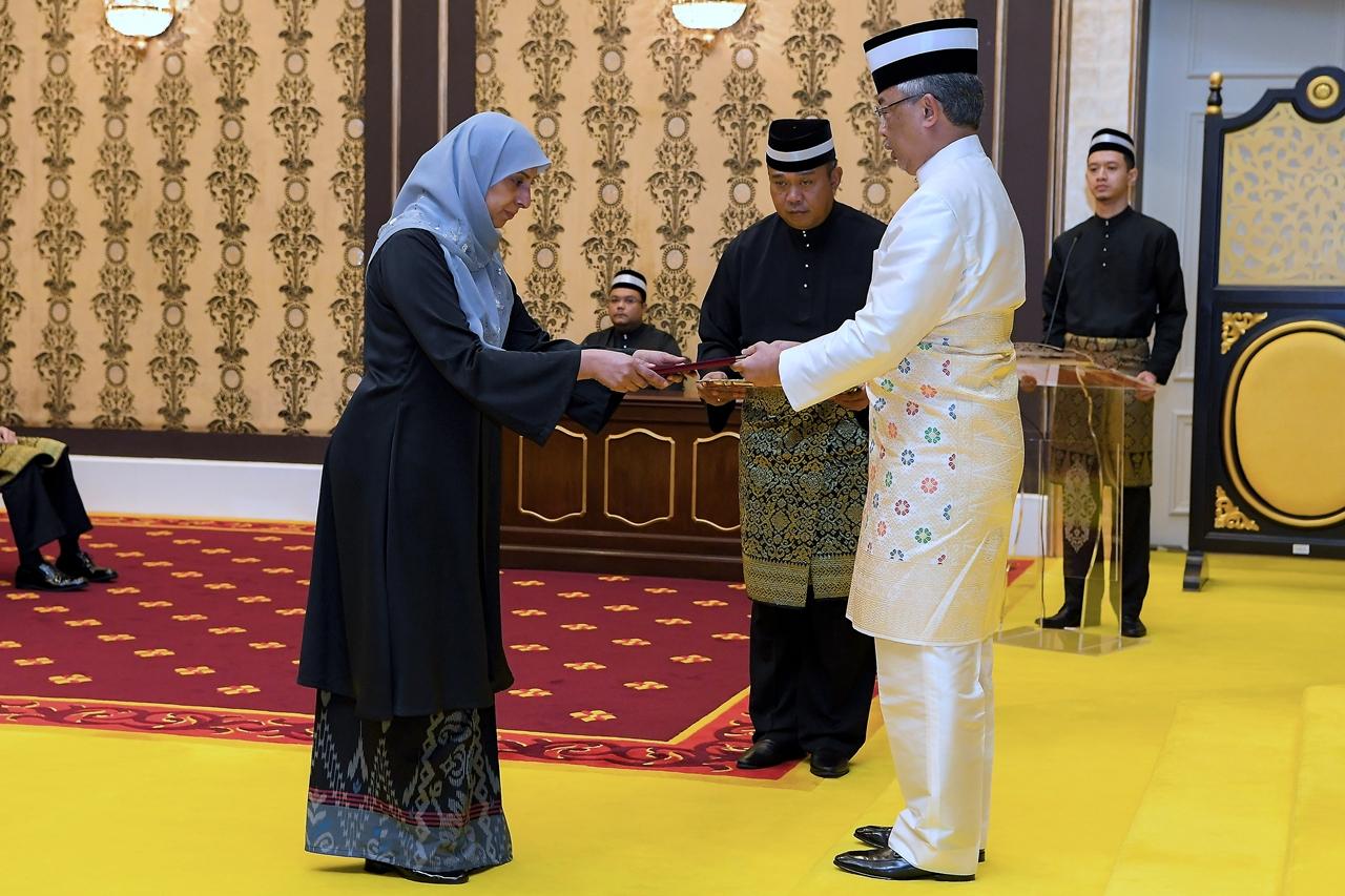 The Yang di-Pertuan Agong Al-Sultan Abdullah Ri'ayatuddin Al-Mustafa Billah Shah presenting the letter of appointment to Latheefa Koya during the swearing-in ceremony at the Istana Negara on 25 June 2019.