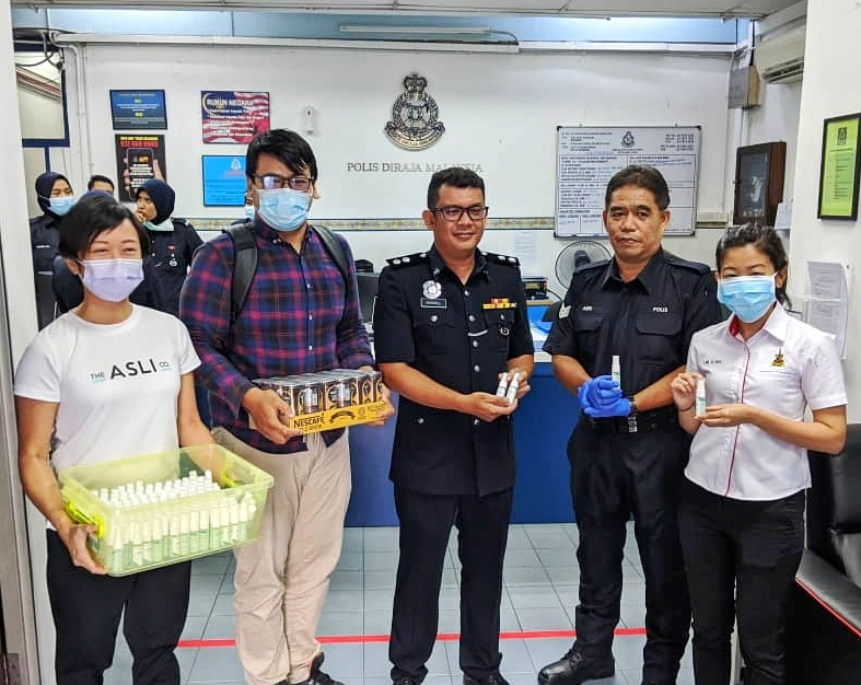 The team together with YB Lim Yi Wei handed out 200 free hand sanitisers to police at Sea Park Police Station today, 24 March. The sanitisers will be distributed to police doing their rounds and those stationed at roadblocks.