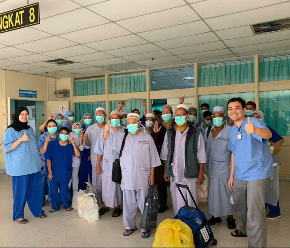 The first group of COVID-19 patients discharged from Hospital Raja Permaisuri Bainun, Ipoh today, 31 March.