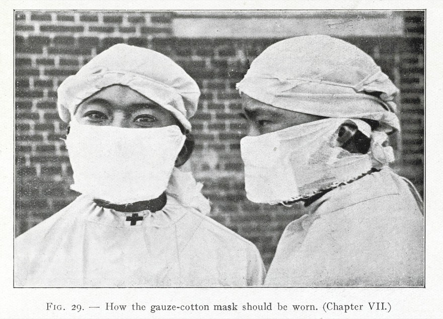 A photograph depicting how the gauze-cotton mask should be worn.