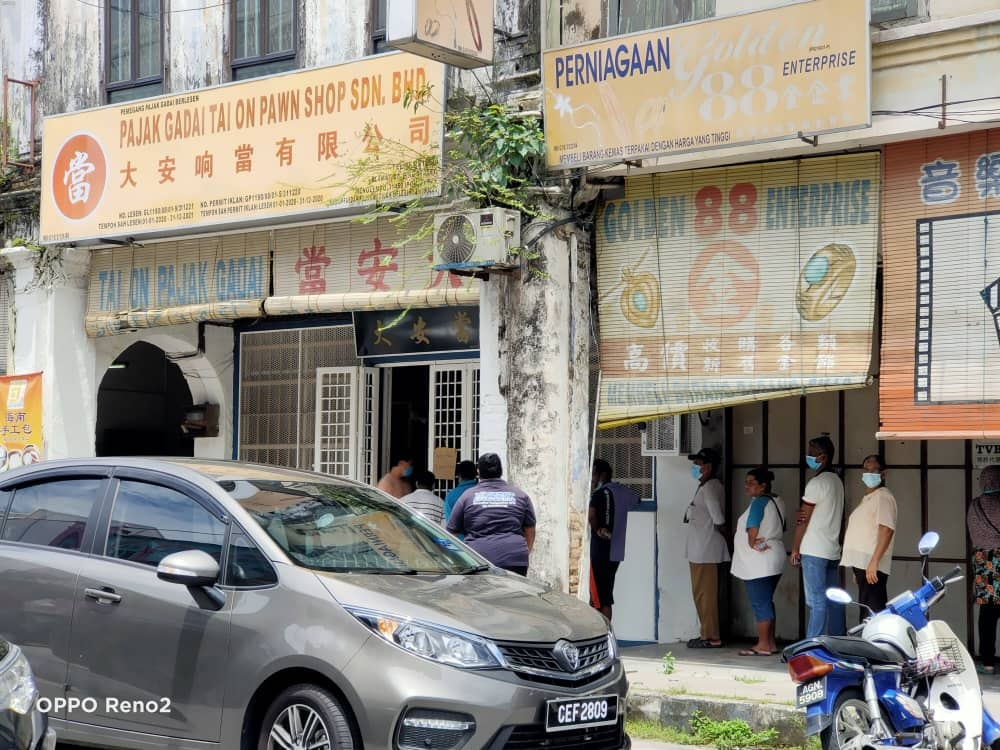 A long queue was spotted outside of a pawn shop in Ipoh, Perak.