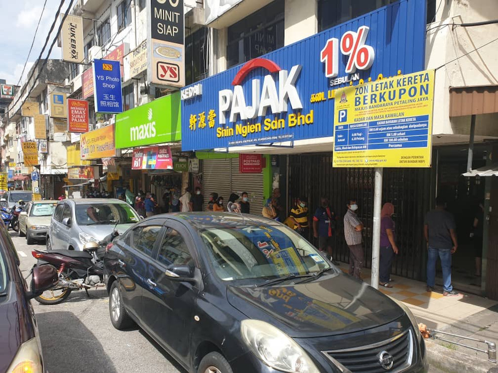 A long queue was spotted outside a pawn shop in SS9, Petaling Jaya.