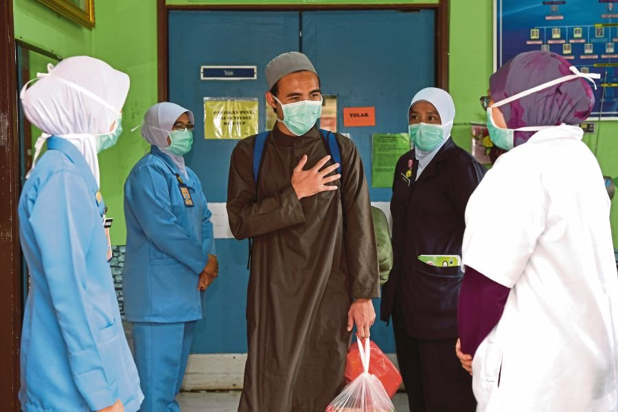 Last Covid-19 patient leaving Hulu Terengganu Hospital.