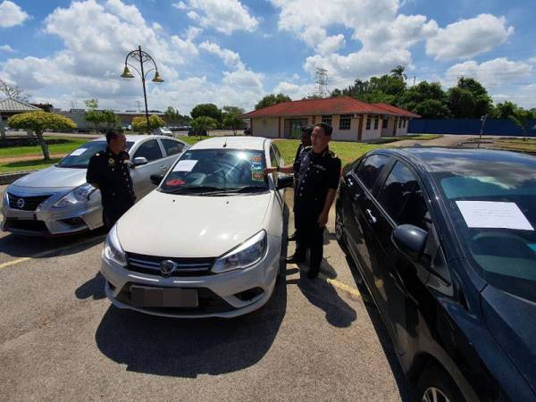 JPJ officers seen around the cars used by drivers in Penang for inDriver.