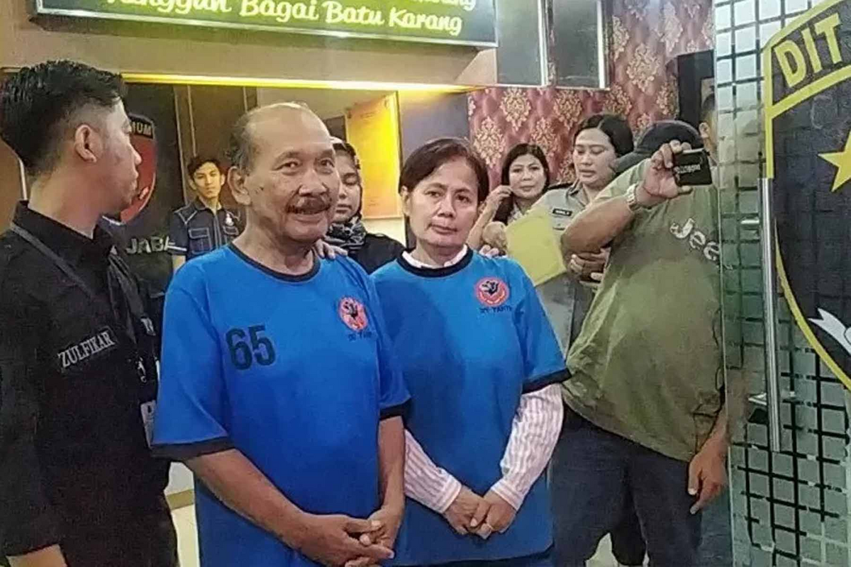 Nasri Banks and Raden Ratna Ningrum wearing lock-up attire at the West Java Regional Police Station on 28 January 2020.