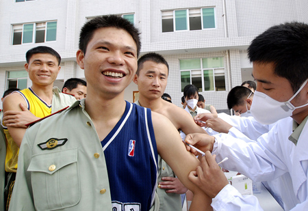 Police getting vaccinated for the A/H1N1pdm09 virus in Fujian Province on 28 October 2009.