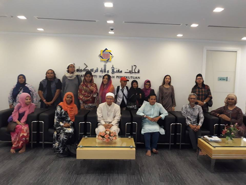 In this Malay Mail image dated 14 February 2018, Dr Zulkifli is seen together with the members of the transgender community.