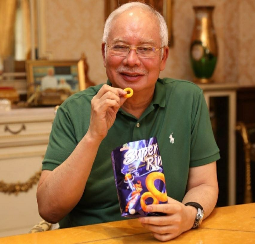 Najib posted another photo of himself eating Super Ring on 7 August.