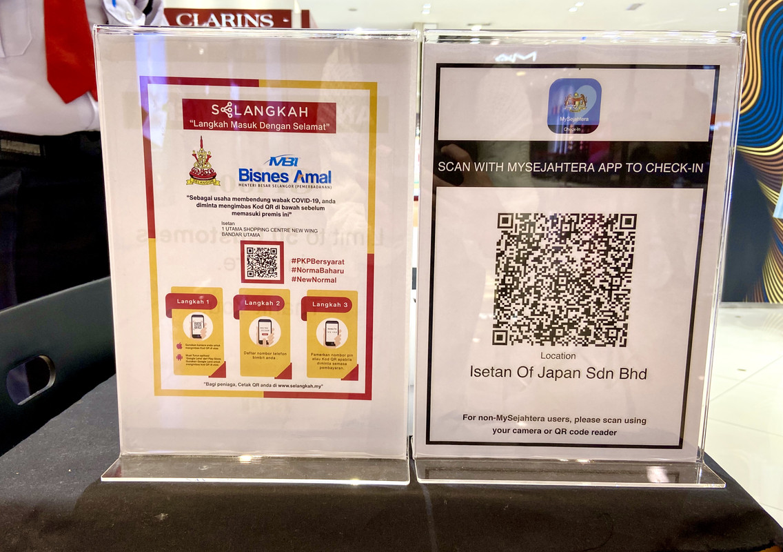 QR codes by both SELANGKAH and MySejahtera being offered as options at 1 Utama's Isetan outlet.