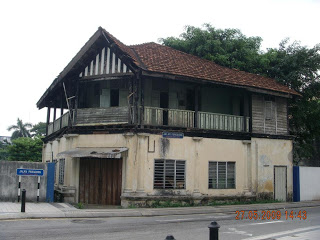 An image of the rundown building in 2009.