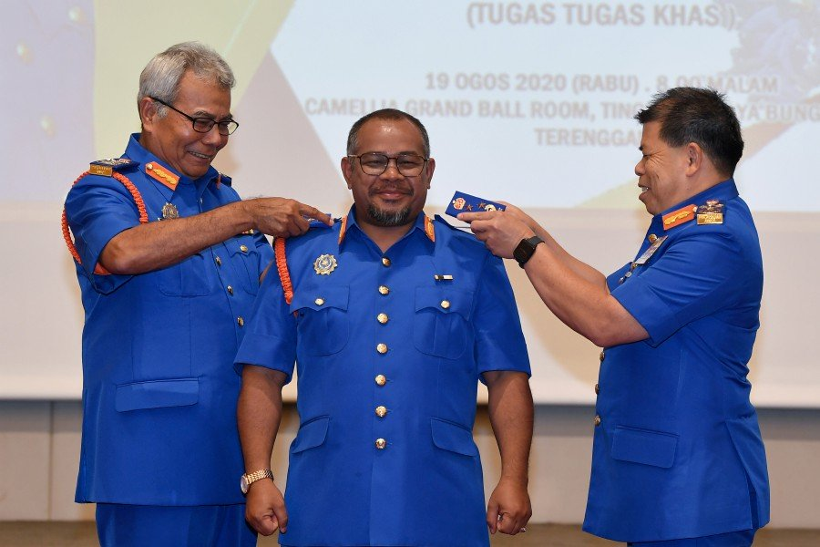 Dr Mohd Khairuddin Aman Razali being bestowed the Honorary rank of Commissioner in the Malaysian Civil Defence Force (APM) on Wednesday, 19 August.