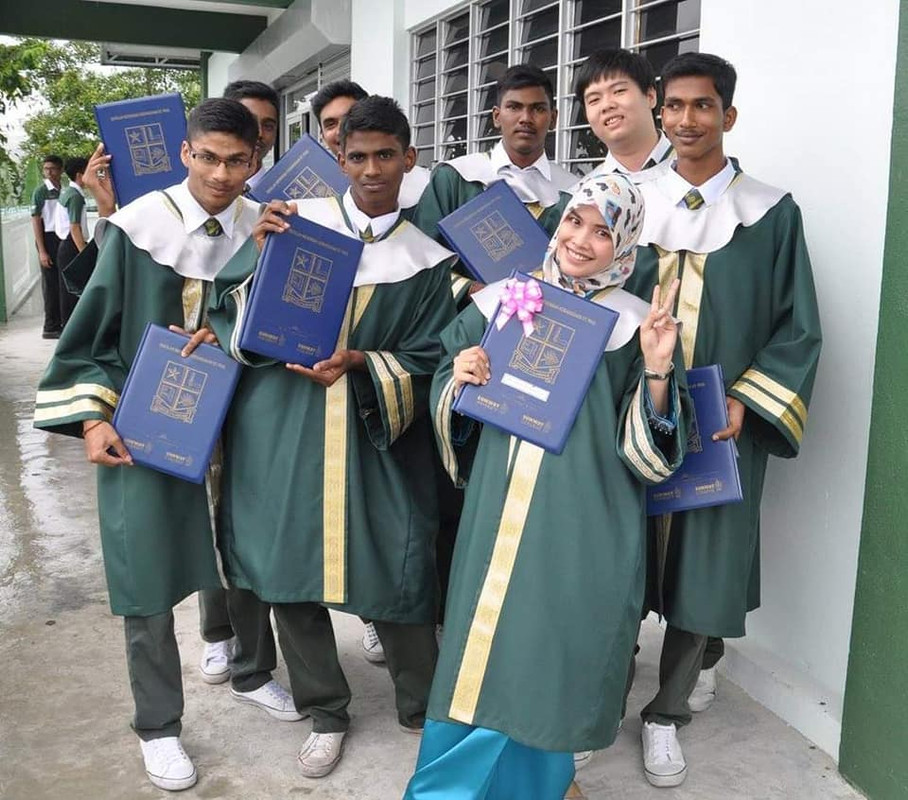 Cikgu Jue with her students from SMK St. Paul